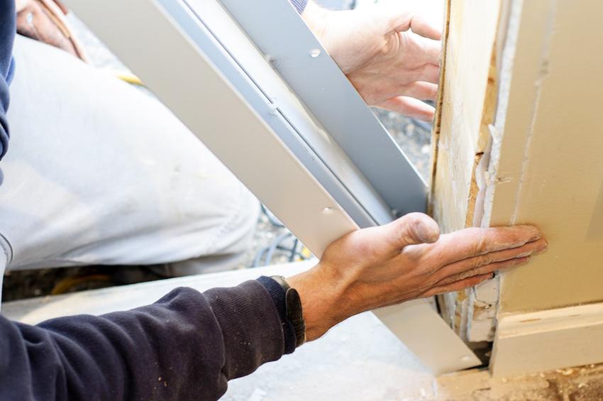 Для фиксации дверной конструкции в проем из пенобетона потребуется установить дополнительные рамы