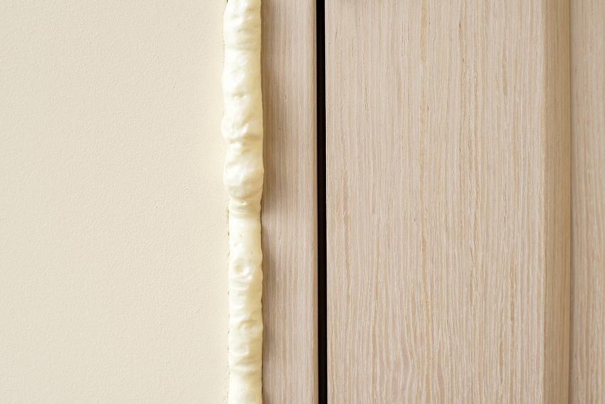 Чтобы укрепить и утеплить проем, нужно запенить зазор между боковыми стенками и луткой