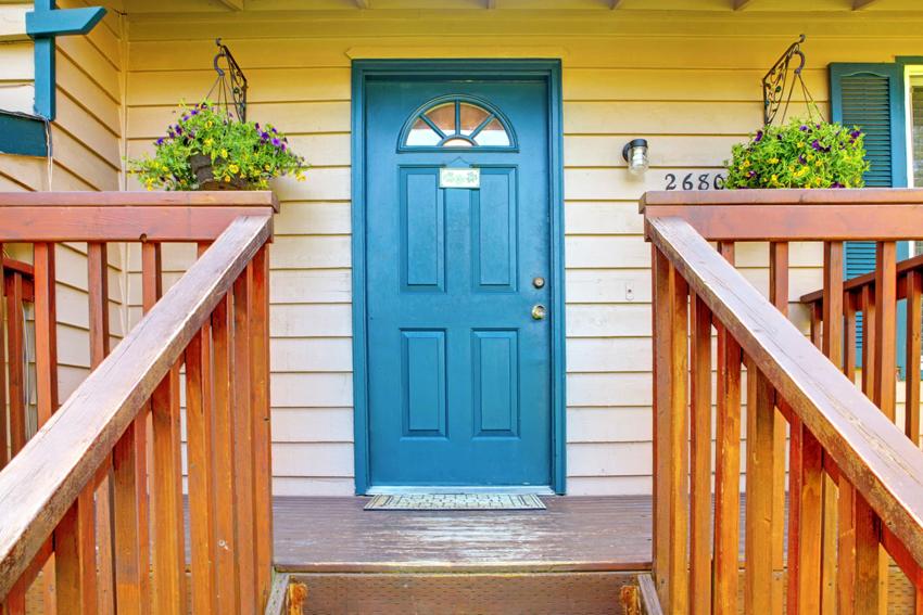 Установка двери в срубе или в брусовом доме происходит одинаково