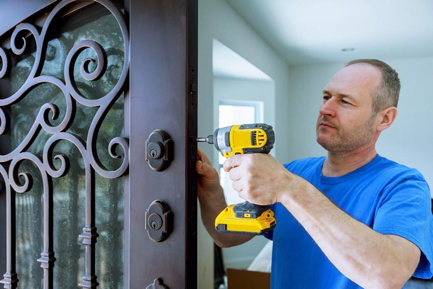 Средняя цена на установку металлической двери в деревянном доме составляет 4 тысячи рублей