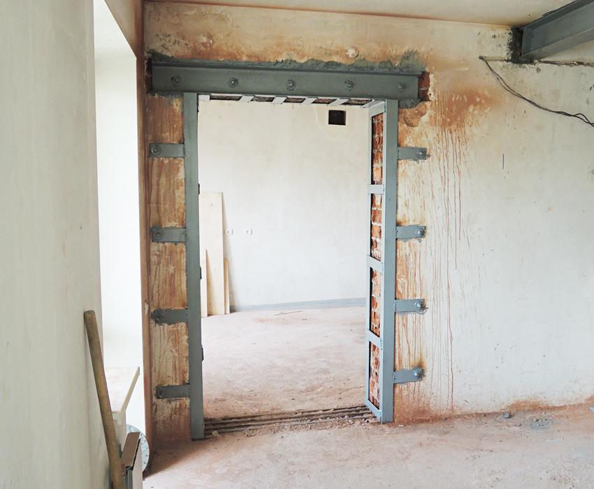 Стальные уголки позволяют легко уменьшить дверной проем на 5 см