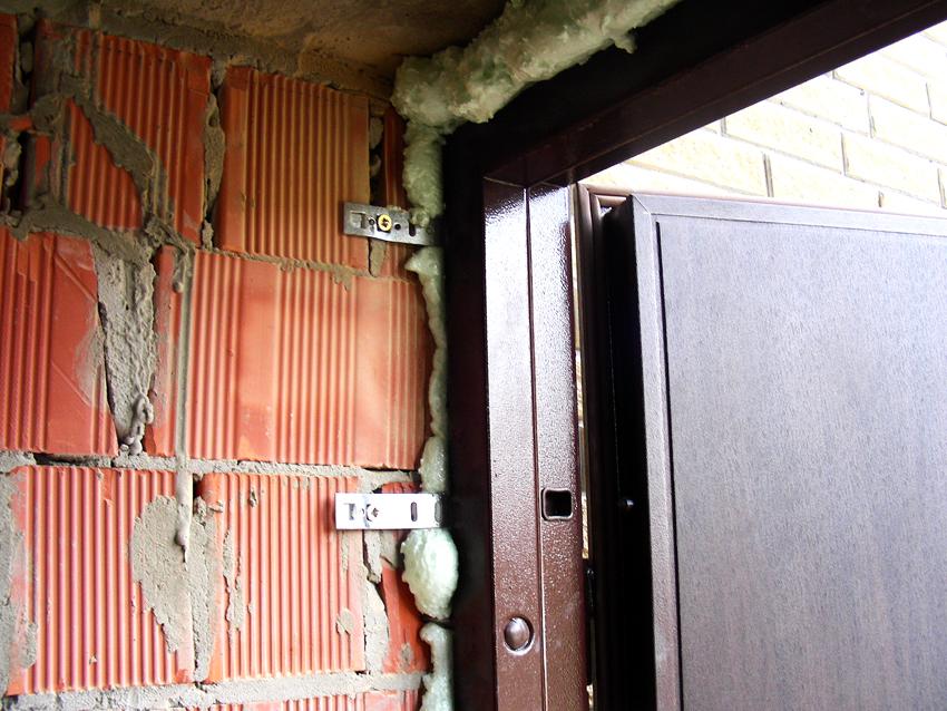 Дверные проушины уже имеют отверстия для фиксации дверной коробки