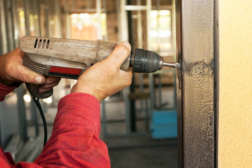Самый простой способ установки дверной коробки является фиксация через сквозное отверстие