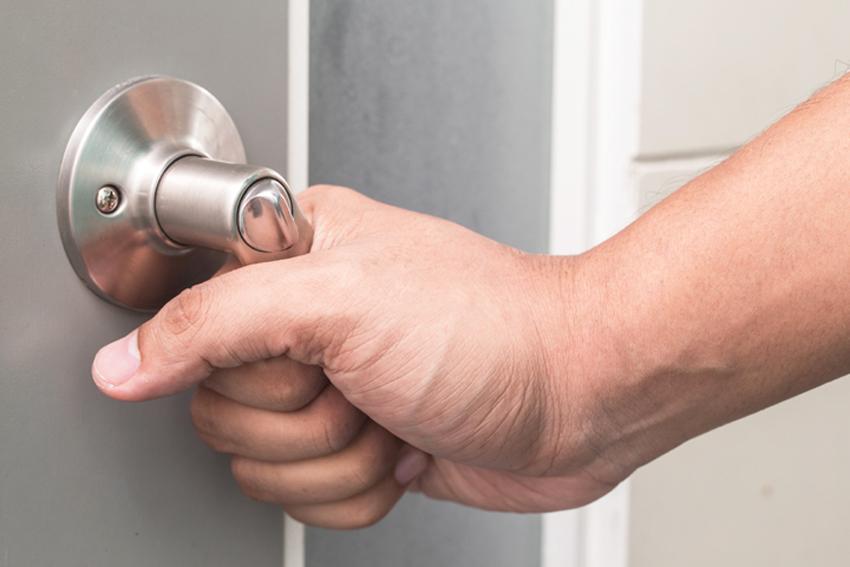 Обязательно нужно проверять работу дверных ручек, они не должны заедать