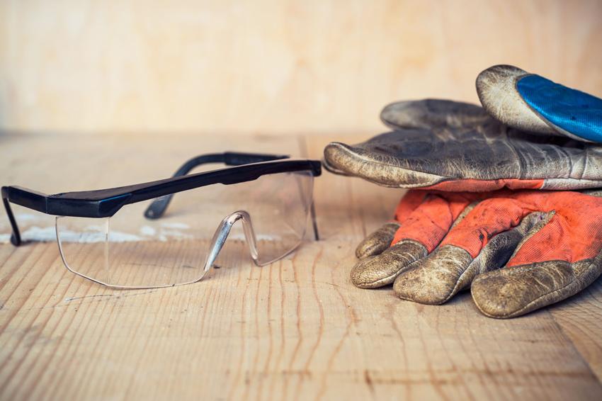 Во время врезки замка в металлическую дверь для безопасности нужно использовать защитные очки и перчатки