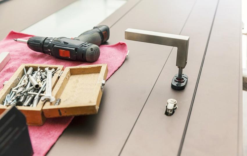 Для предотвращения поломок замка в металлической двери необходимо иногда проводить профилактические проверки