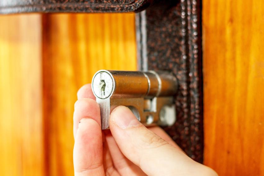 При потере ключа можно заменить только личинку цилиндрического замка