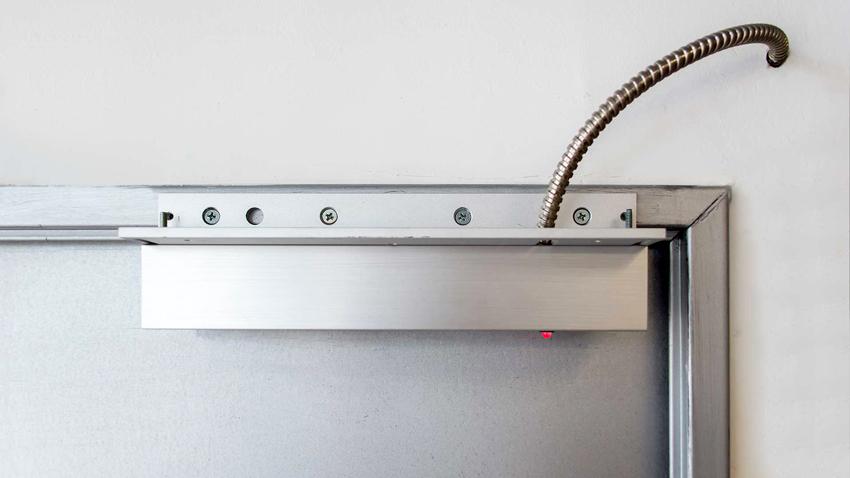 После монтажа электромагнитного замка важно проверить работу устройства
