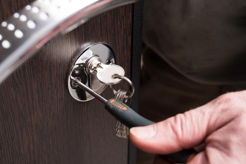После установки замка в металлическую дверь важно проверить, как работает устройство