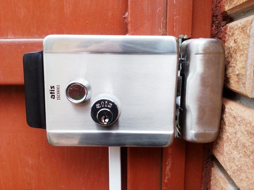 Накладные замки на металлическую дверь характеризуются простотой установки