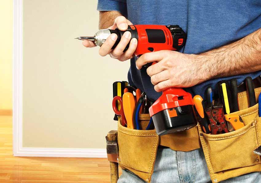 Одним из необходимых инструментов для врезки замка в металлическую дверь является дрель