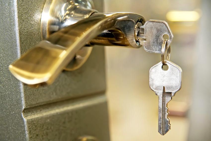 При выборе замка стоит обратить внимание на качество материала устройства