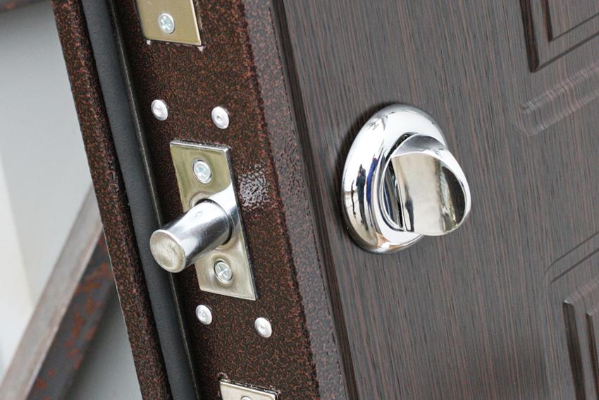 Желательно, чтобы изнутри замок закрывался при помощи поворотной ручки, так как в случае экстренной ситуации это упростит выход из помещения