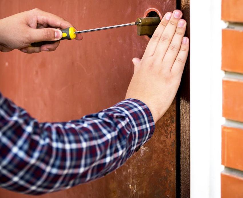 В зависимости от вида поломки, ремонт замка для металлической двери можно cделать своими руками или вызвать специалиста