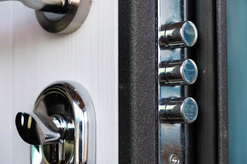 Помимо прочего замок для металлической двери должен быть простым и удобным в обращении