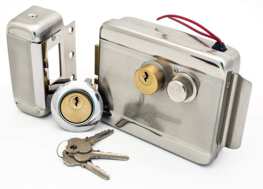 В отличие от электромагнитного замка электромеханический не требует постоянного электричества, поскольку его можно отрыть и ключом