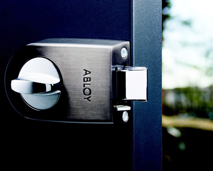 Накладные замки на металлических дверях не обеспечивают должно уровня защиты