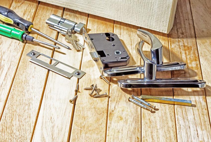 Врезные замки являются оптимальным решением для входных металлических дверей