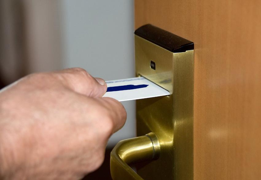 Замки электронного типа чаще всего используются в офисных помещениях и гостиницах