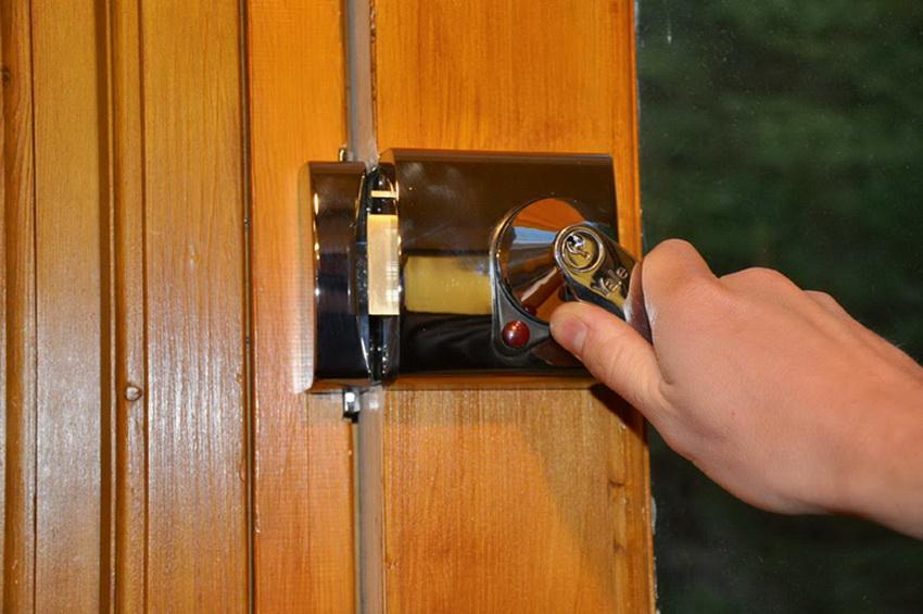 Накладные замки для внутренних дверей используются редко и обычно в производственных или подсобных помещениях