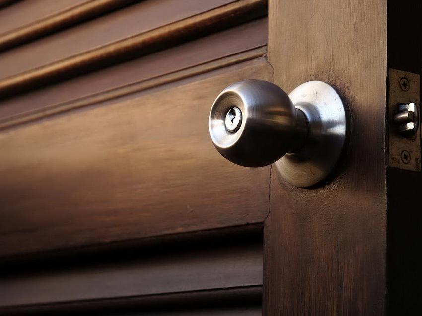Довольно распространенный вариант - дверная ручка с встроенным замком