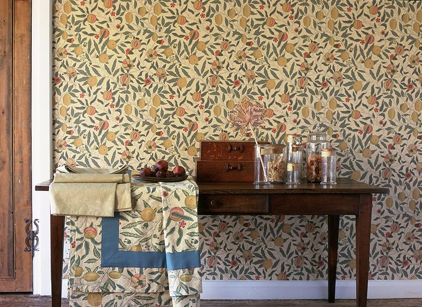Обои с растительным рисунком – самый популярный вариант отделки стен в английском интерьере