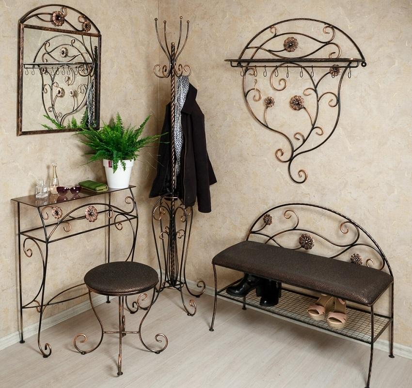 Кованые банкетки из металла имеют элегантный и оригинальный внешний вид