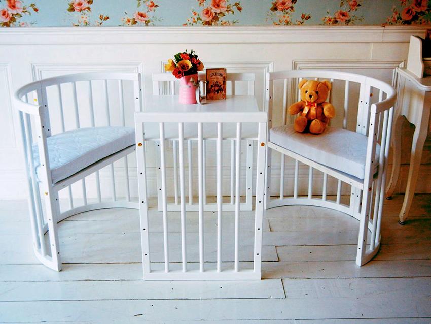 Кровать для новорожденных, которая трансформируется в стол со стульями