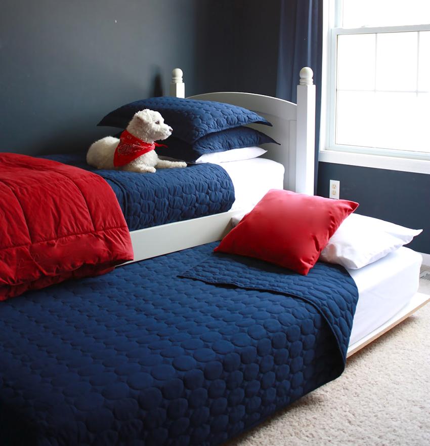 Двухъярусная выдвижная кровать экономит много пространства, т. к. в сложенном виде занимает место односпальной