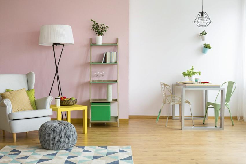 С помощью разного освещения и отделки стен можно зонировать пространство