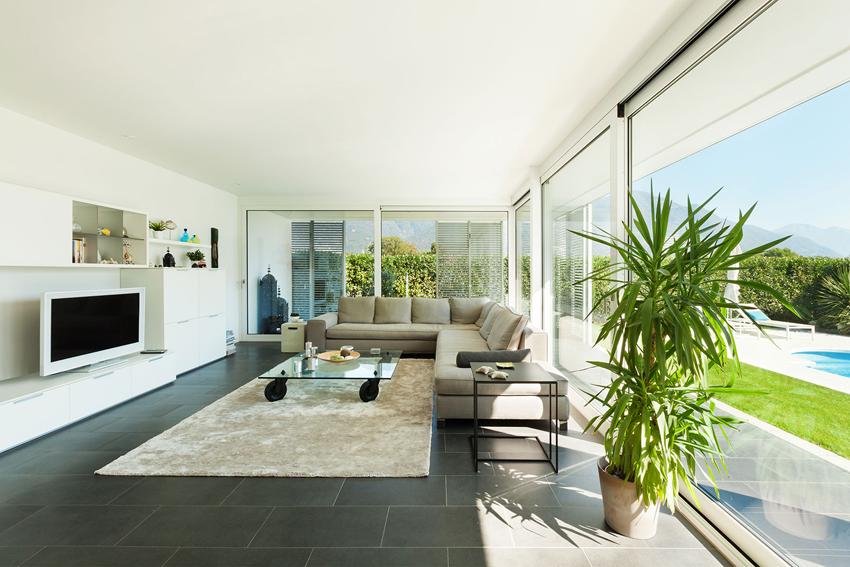 Диван часто занимает центральное место в гостиной и к нему уже подбирают другие предметы мебели
