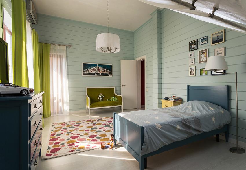 Пример отделки стен спальни евровагонкой