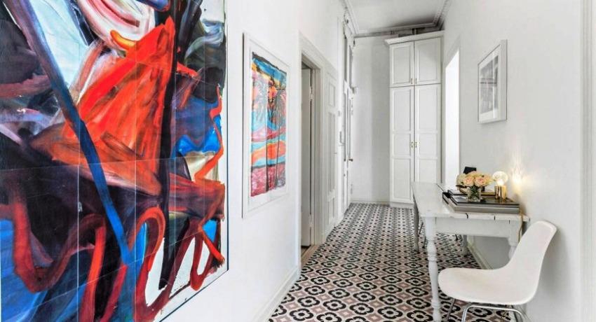 Если мебель и стены оформлены в белом цвете, тогда желательно добавить в интерьер яркий акцент