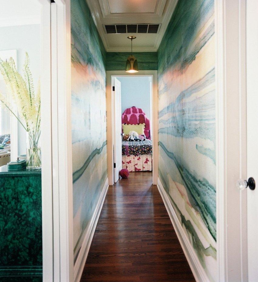 Оформляя стены маленького коридора следует отказаться от темных оттенков отдав предпочтение более светлым