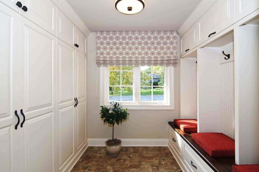 Мебель должна быть выполнена в светлой палитре, что придаст коридору объемности