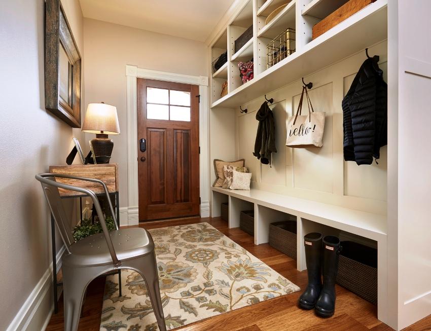 Для экономии пространства лучше организовать систему хранения вещей во всю стену