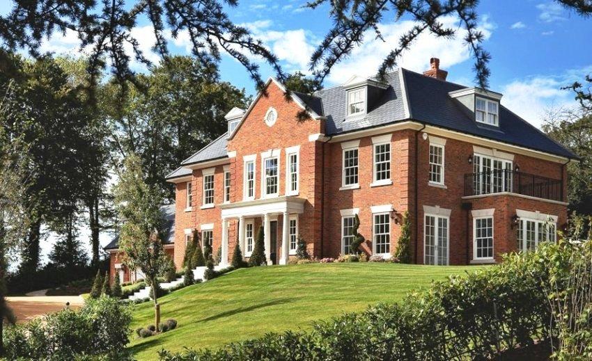 Выбирая дом в английском стиле, обязательно следует учитывать размеры участка в целом