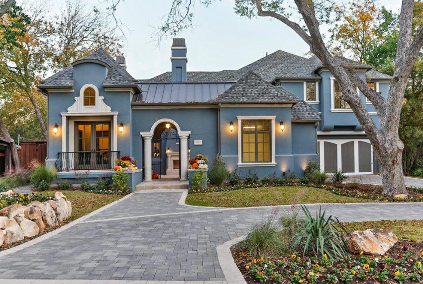 Колониальный стиль, характеризуется симметрией фасадных элементов, массивным крыльцом и колоннами