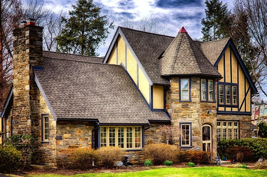Достаточно часто применяют облицовку фасадов домов в английском стиле камнем