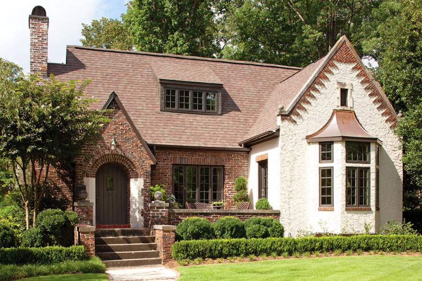 Основными материалами, используемыми для отделки домов в английском стиле являются: природный камень, кирпич, штукатурка, дерево