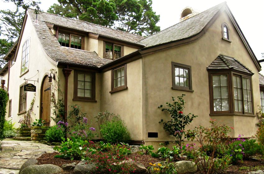 Тюдоровская эпоха в английском стиле отличается многочисленной асимметрией в архитектуре здания