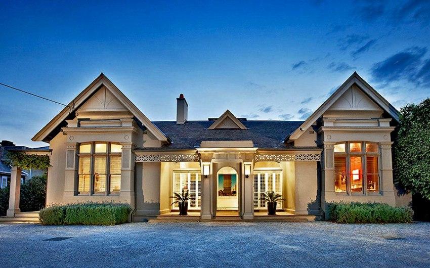 Фасад домов в стиле георгианской эпохи часто украшен различными мелкими лепными элементами, арками