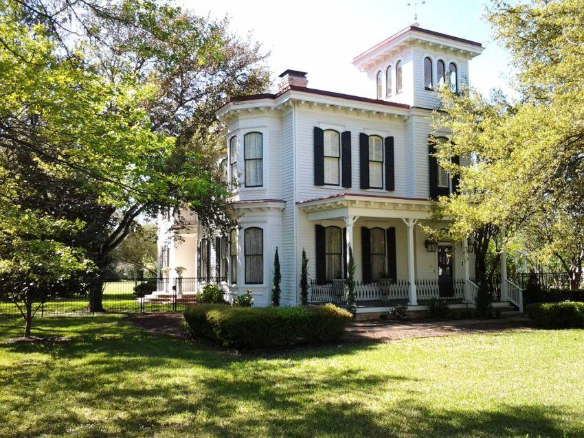 Викторианский стиль в архитектуре отличается разнообразием видов декорирования на фасаде одного здания