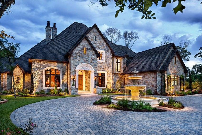 Дом в классическом стиле может быть выложен из природного камня, пенобетона, газобетона, кирпича