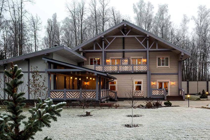 Чаще всего для отделки фасадов используют доски, располагая их горизонтально или вертикально