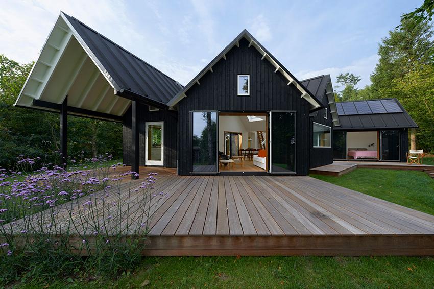 Дом должен быть спроектирован так, чтобы в нем по максиму задействовались солнечное тепло и свет