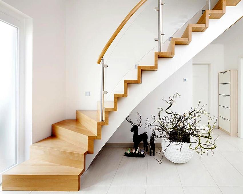 Лестницы в скандинавских интерьерах обычно выполняются из дерева