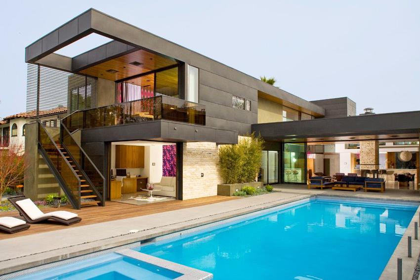 Такие дома часто строятся с бассейном в соответствующем стиле