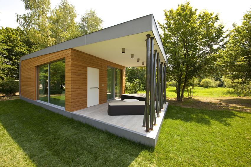 Большие панорамные окна обеспечивают максимальное использование естественного освещения