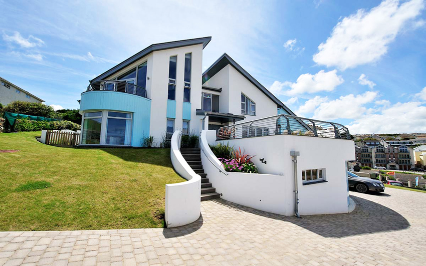 При выборе проекта дома в стиле хай-тек нужно обращать внимание, в какой климатической зоне находится застраиваемый участок